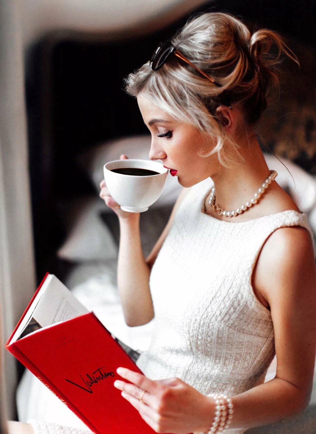 Картинка ежик с колючками и чашкой кофе