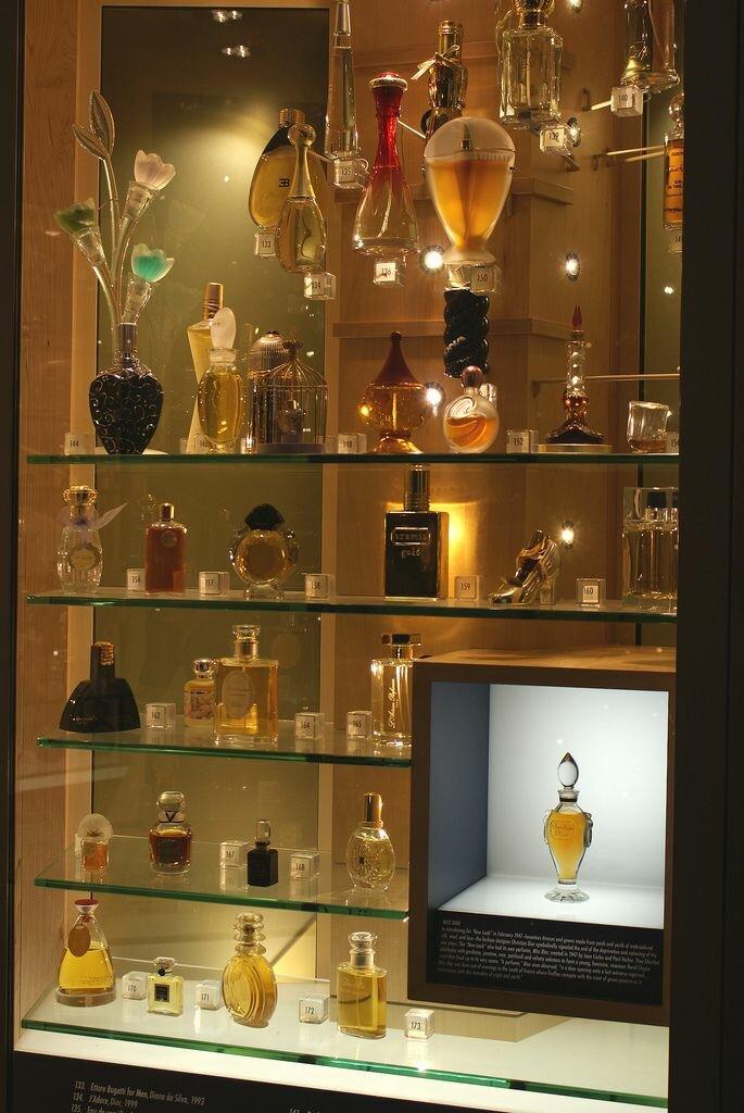 или салфеткой декор витрины с парфюмерией фото переходу света