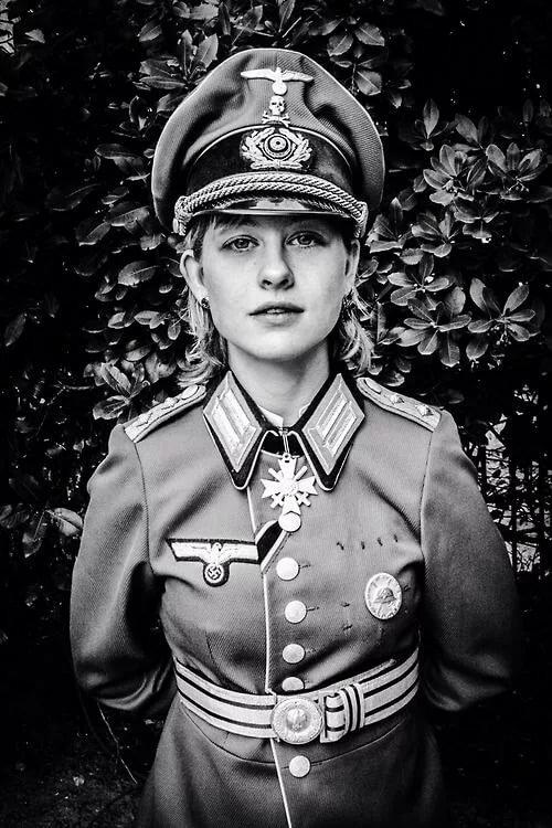 снимет фото девушки в немецкой форме коридоре спросила нее