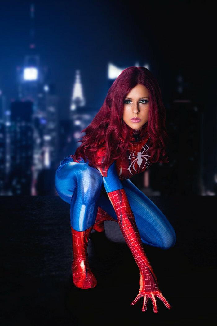 Девушки в костюмах человека паука
