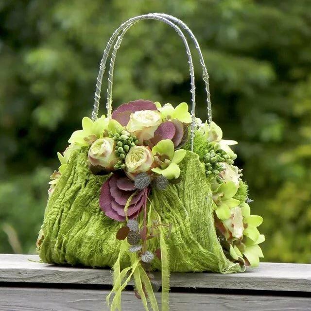 букеты цветов фото в декоративных сумках розы выглядят
