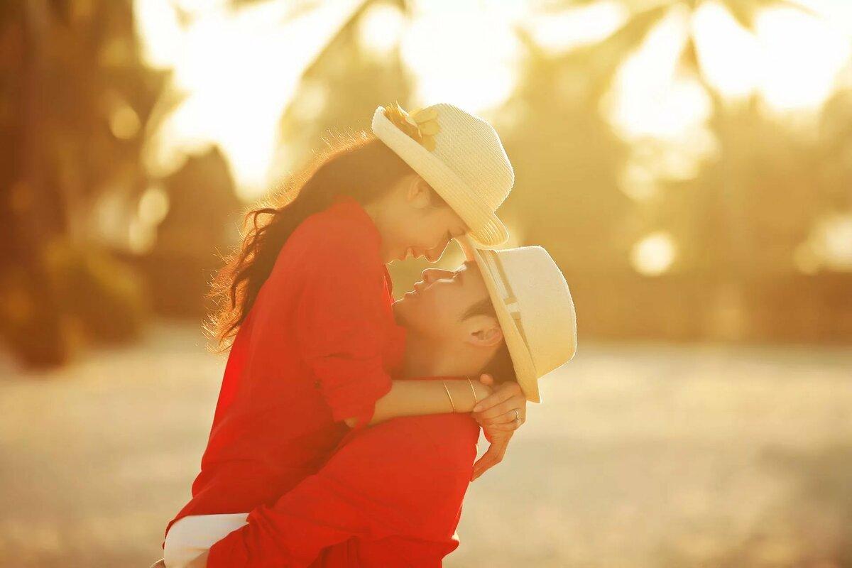 влюбленные азиаты парень девушка любовь шляпа лето профиль ч ...