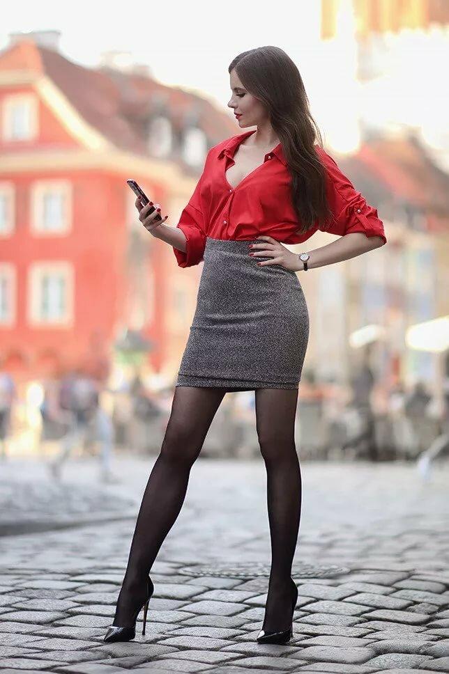девушка в коротком платье и черных колготках - 12