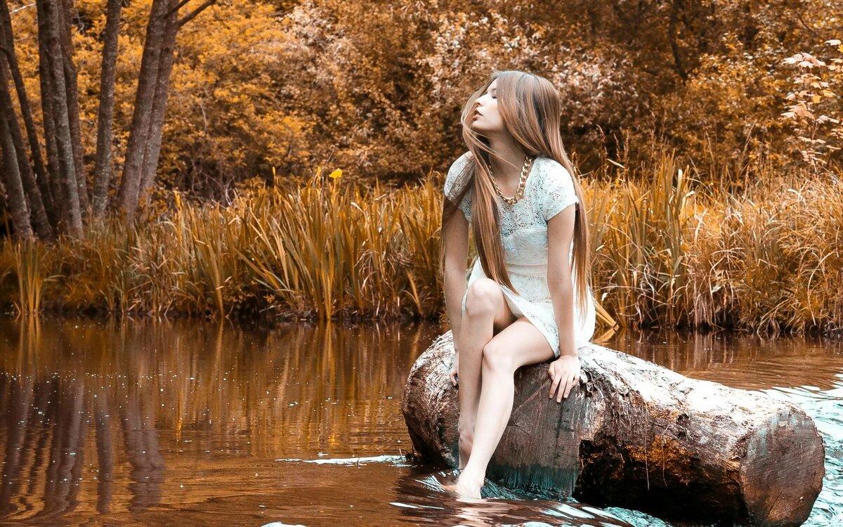 Девушка у реки картинка