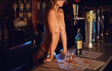 эротический бармен играть онлайн девушка очками