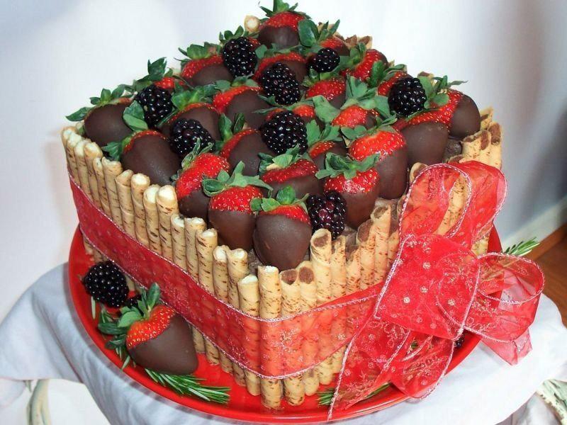 Украсить торт шоколадной глазурью и фруктами