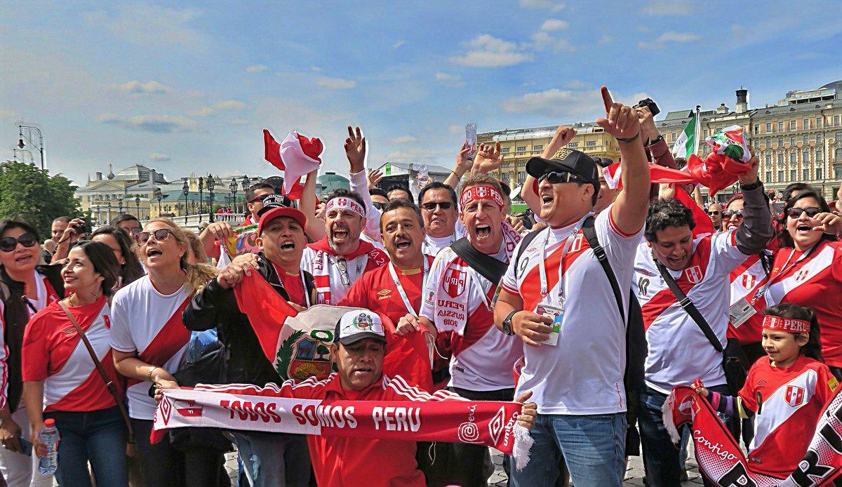 Темпераментные болельщики из Перу радуются открытию чемпионата мира по футболу.#конкурс #чемпионат_мира_по_футболу  #Москва #спорт #футбол #праздник