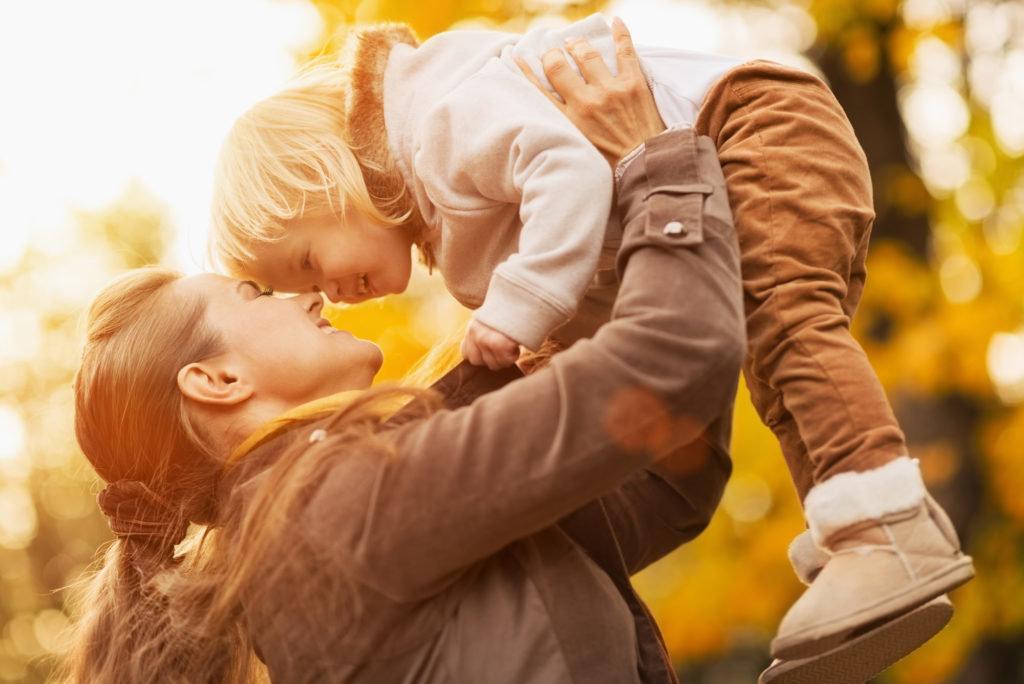 Картинки мама и ребенок обнимаются