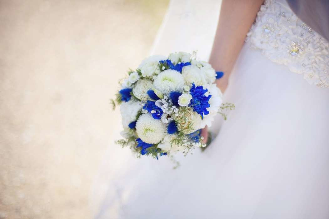 Свадебный букет невесты из белых роз и синих хризантем, букет хризантем доставкой