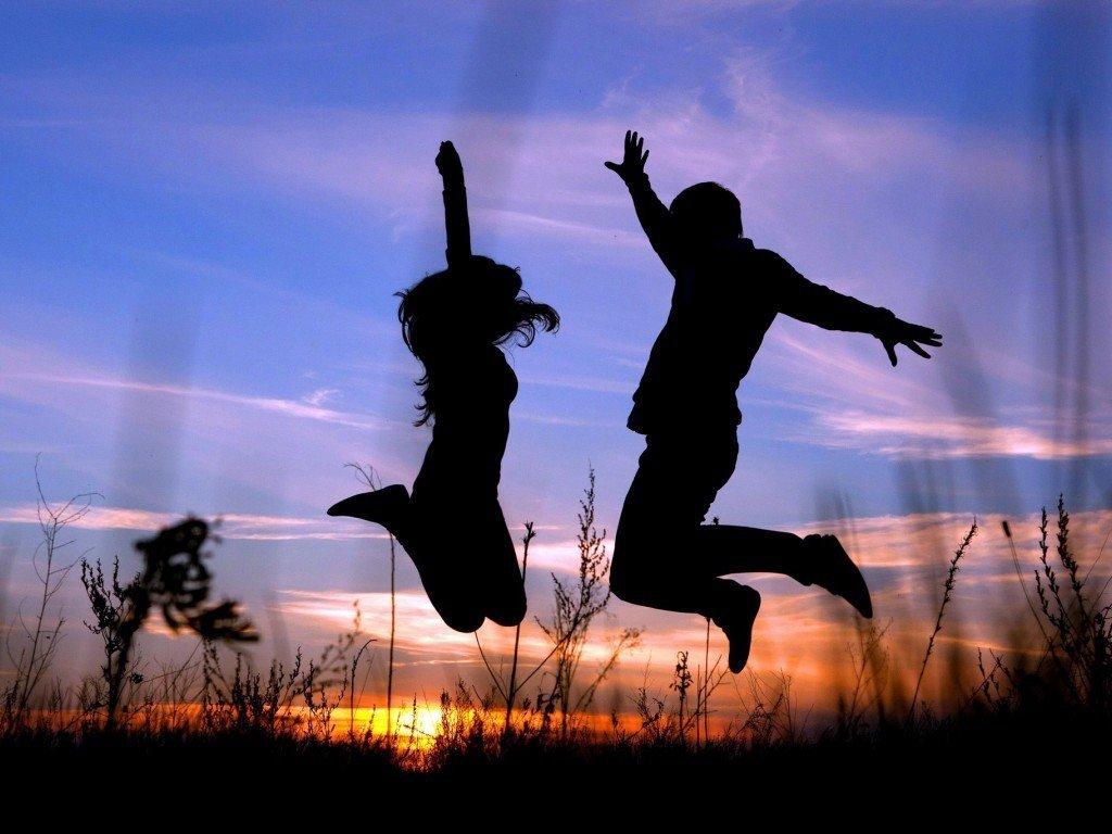 признанные две девушки и парень танцуют зиму они