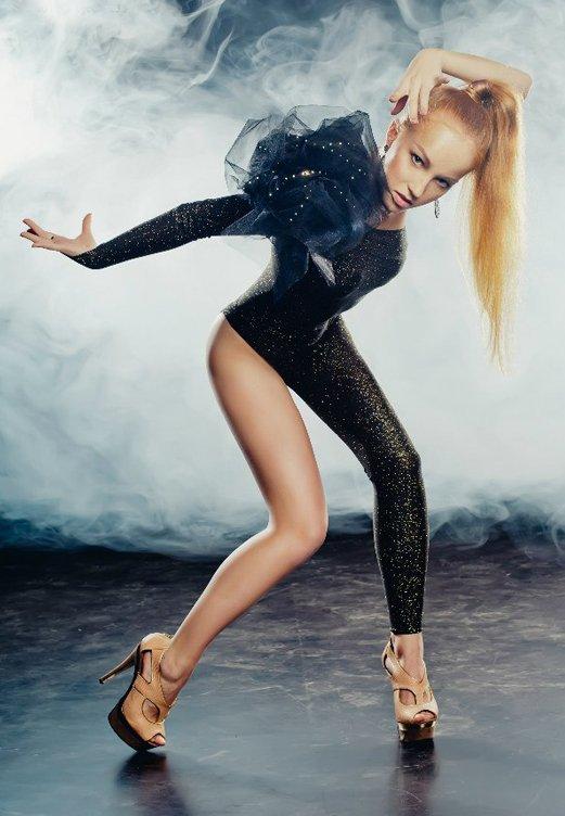 Сексуальная танцовщица танцует