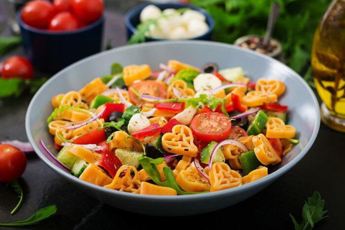 Салат из цветных макарон