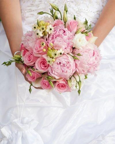 Свадебные букеты – это изысканные и обязательные аксессуары для невест. Наши советы помогут не ошибиться с выбором этого небольшого, но важного свадебного атрибута.