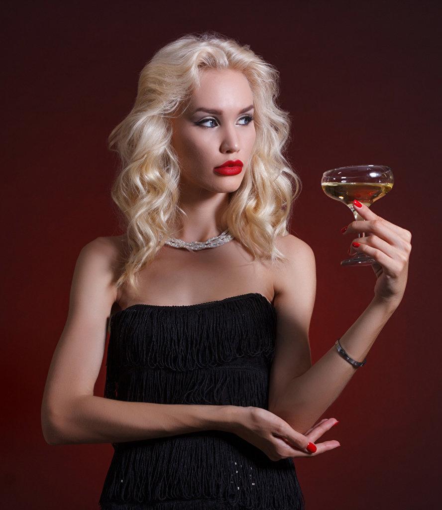 Открытка девушка с шампанским