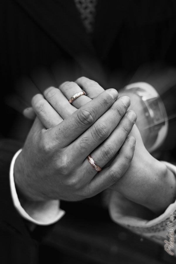 картинки с кольцами обручальными на руках черно белый украшением