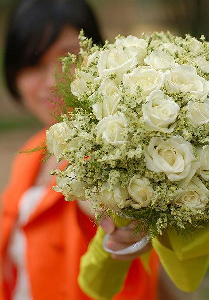 Букеты, свадебный букет из кустовых роз и гипсофилы