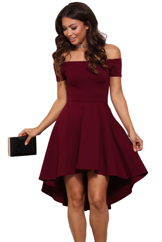 47d7b2e34e994d4 Приталенное бордовое платье с открытыми плечами и удлиненной сзади пышной  юбкой.