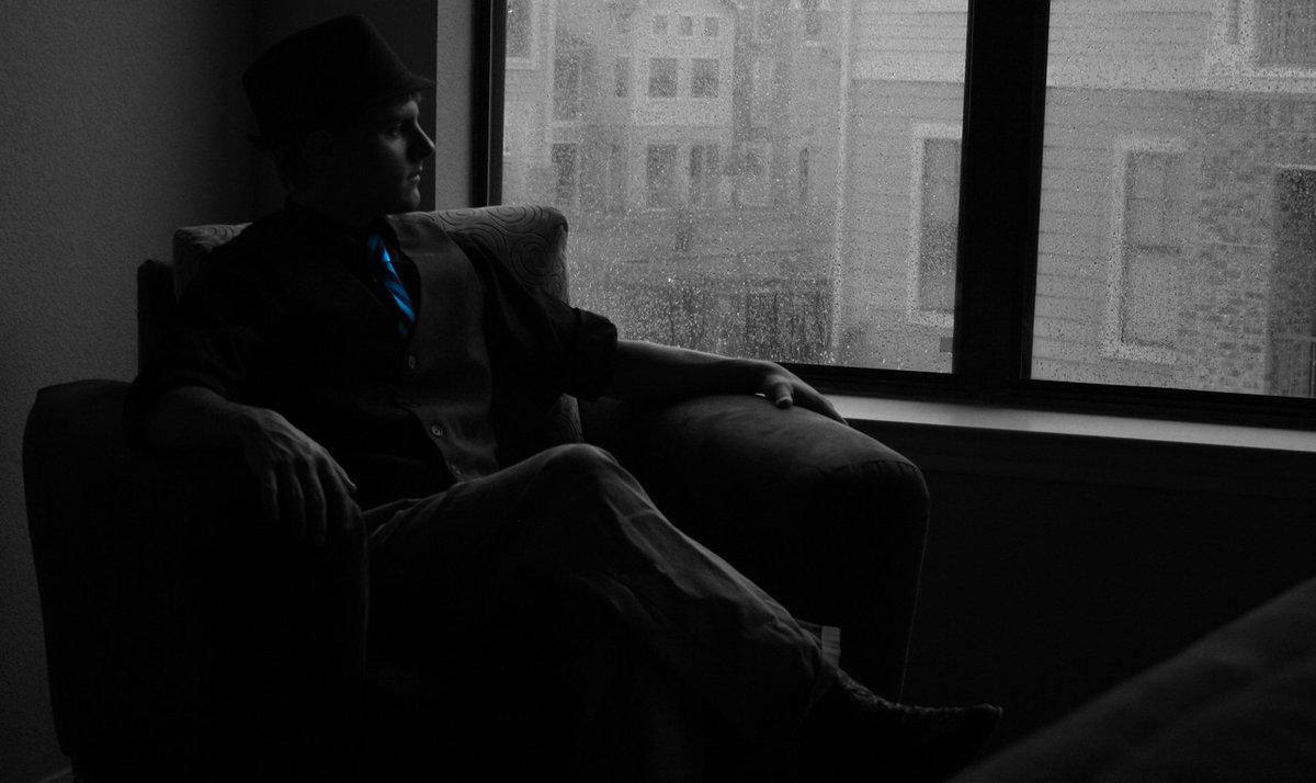 картинка сидящий мужчина у окна традиции