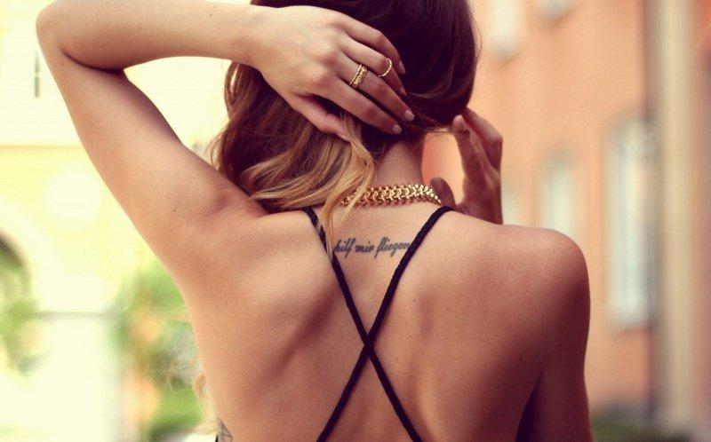 Открытки, картинки с надписью на спине девушки