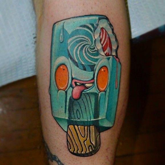 С татуировкой миньетчика