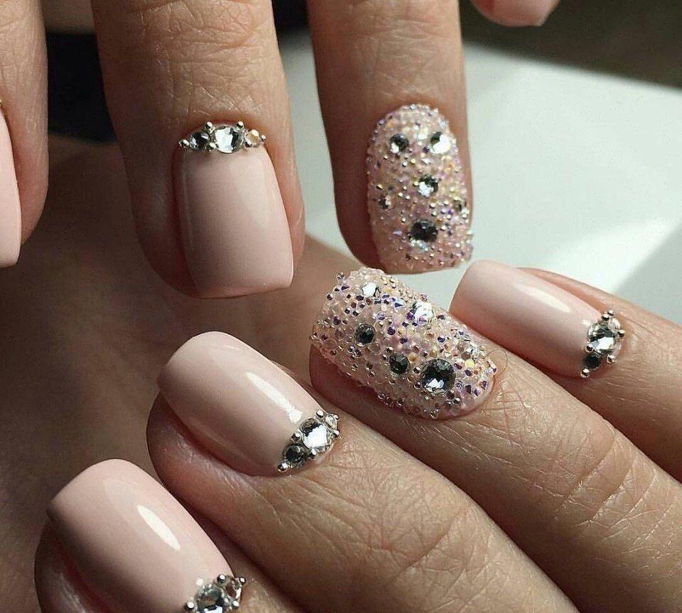 Рисунок стразами на ногтях