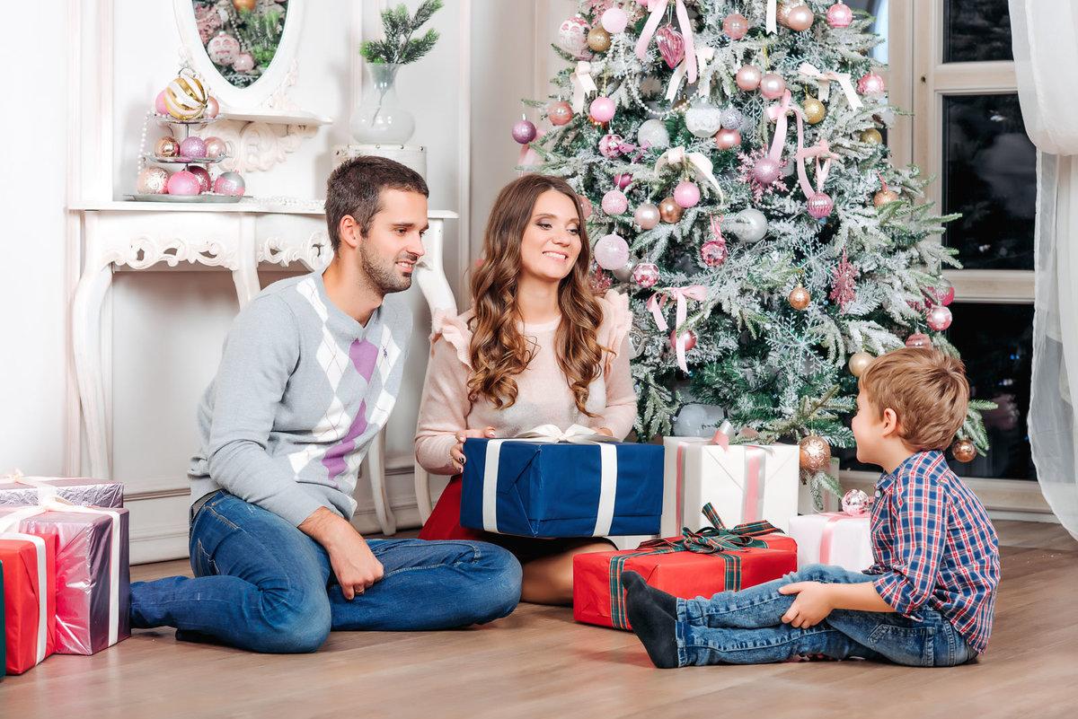 фото всей семьей у елочки новогодней цветом