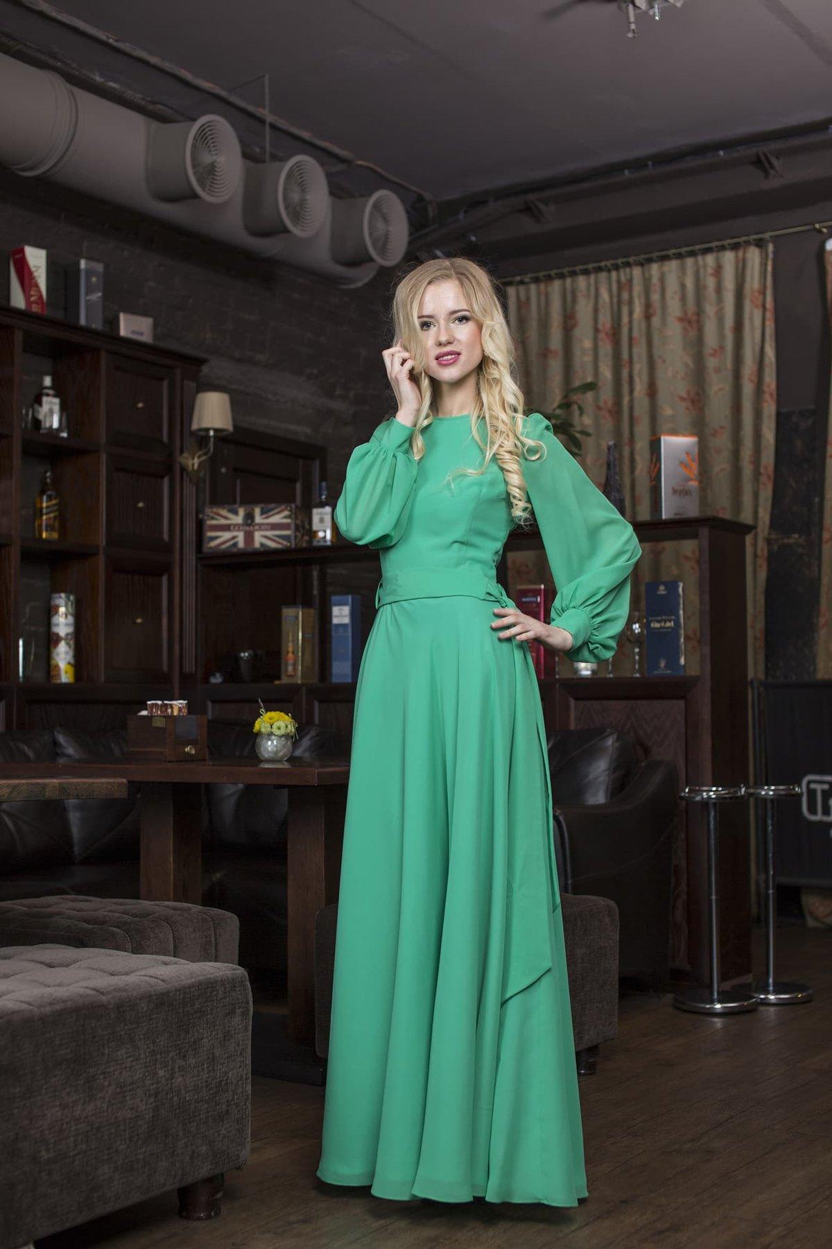 a98c9b2dc96 Закрытое вечернее платье с широким поясом и длинными рукавами с манжетами.