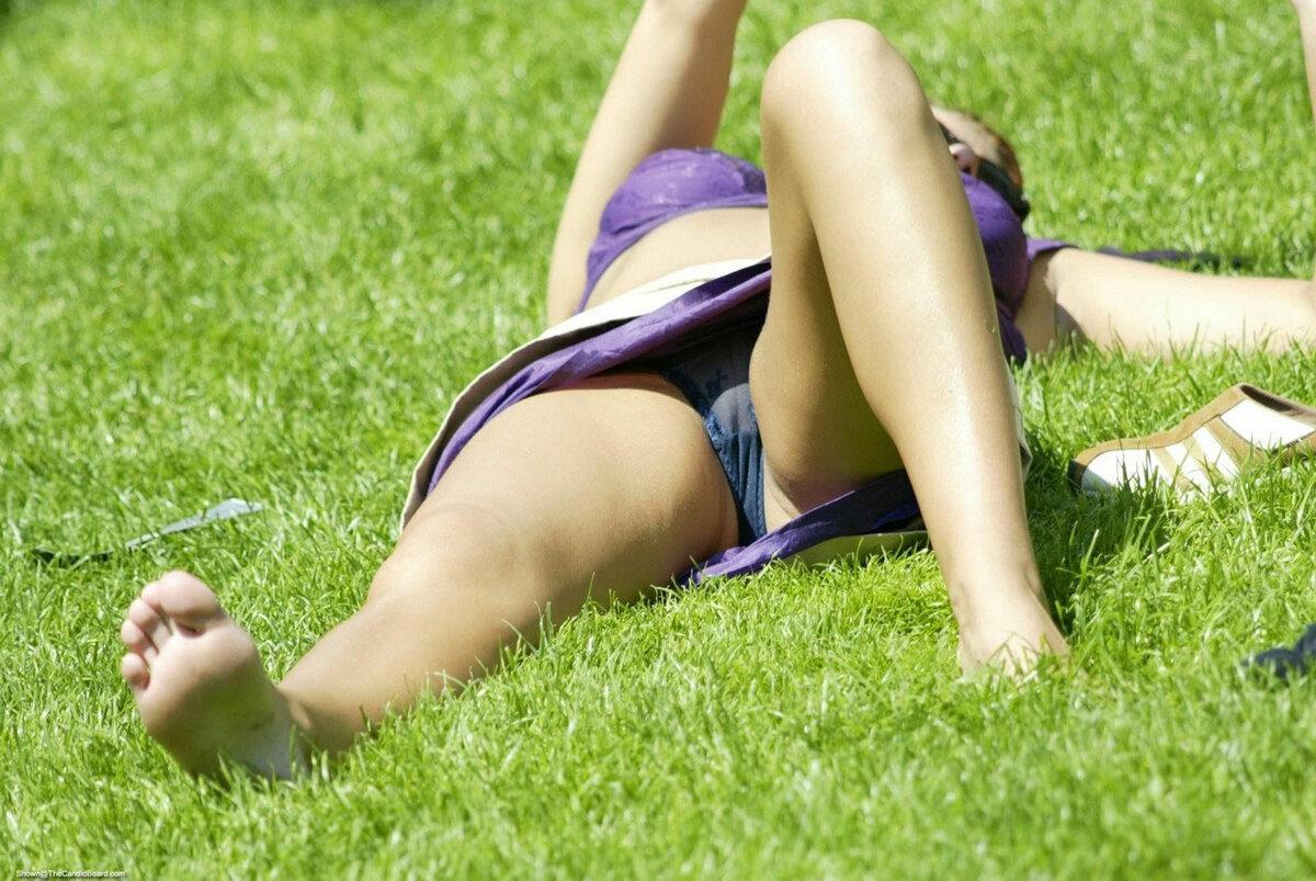 Подглядывания на траве онлайн, наказание зрелых женщин шлепками по попе видео
