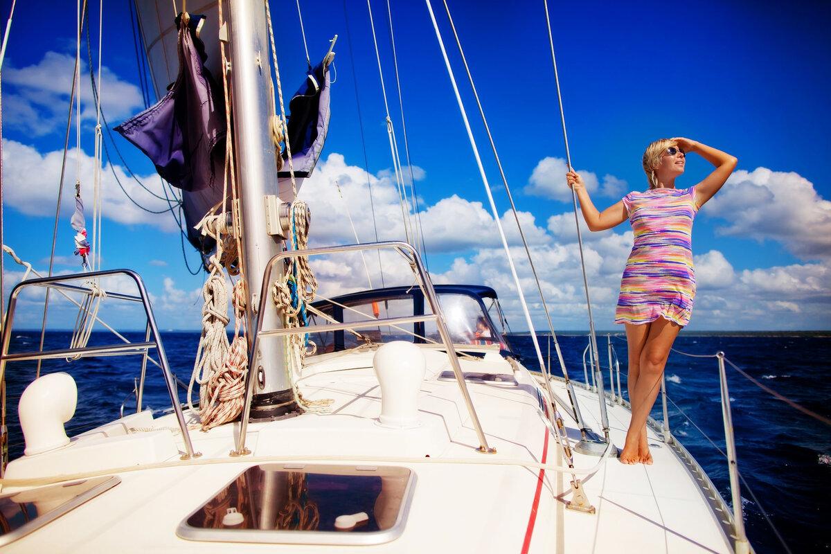 Женщина сняла парня на яхту, грудь секс ласкать