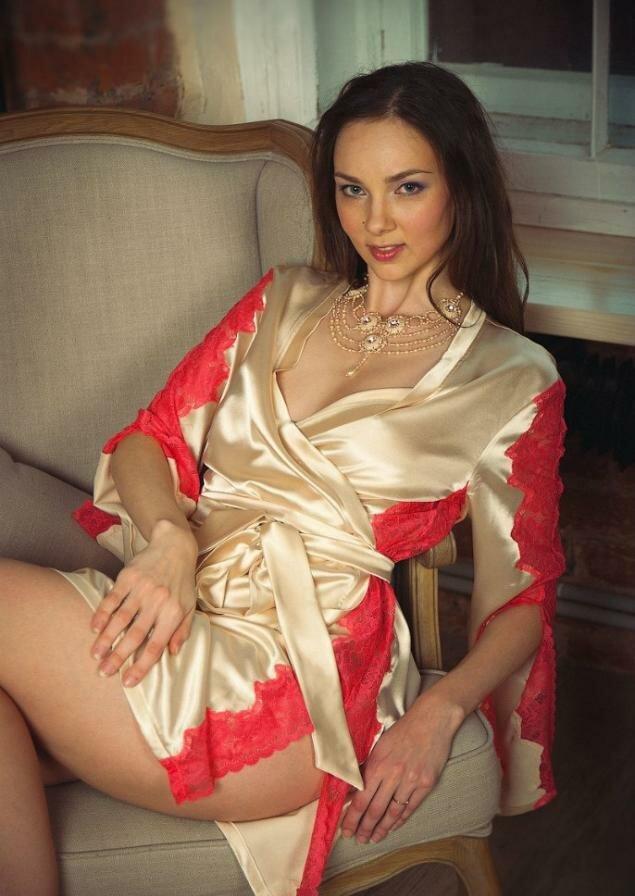 Красивая грудь фото жена в халатике ебет мою жену