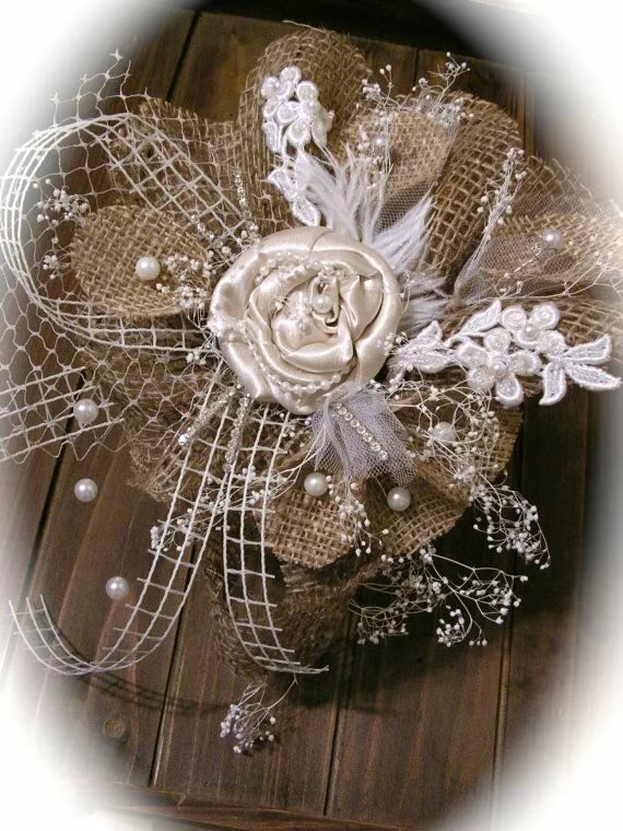 Rustic Burlap And Ivory Cake Topper - Wedding Decor . Джут, мешковина Мешковина, Кружевные цветы и Цветы из мешковины