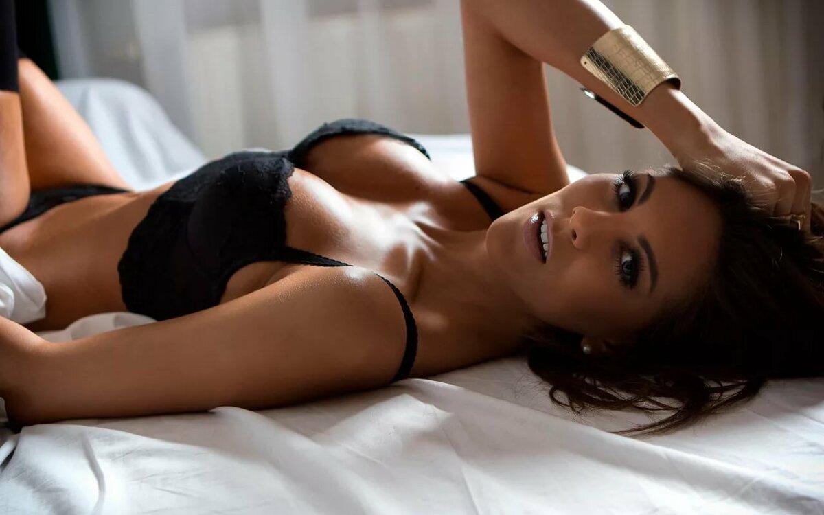 Порно девушка с очень красивым телом раздевается под музыку