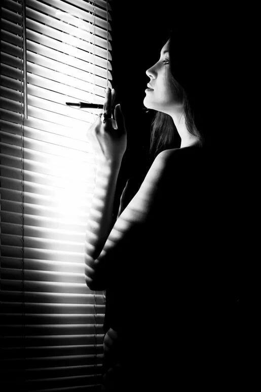 Картинки девушка окно сигарета