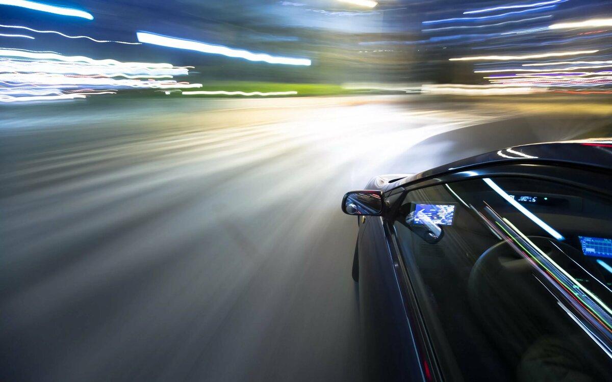 Как размазать движущиеся автомобили на фотографии близкие молодоженов
