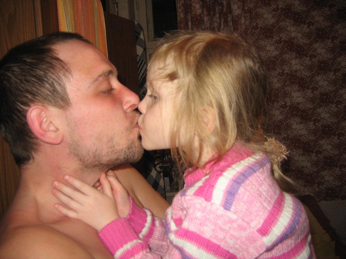 Дочь целует отца картинки