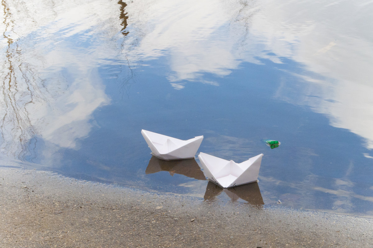 вырезанная бумаги весна ручейки кораблики может быть
