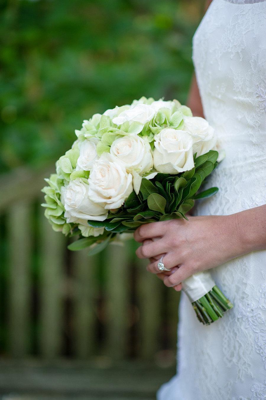 Свадебный букет в бело зеленых тонах