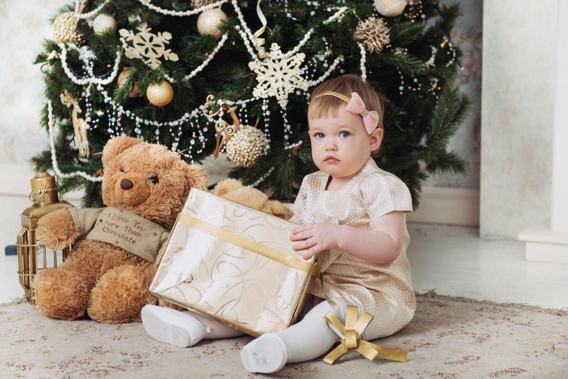 Картинка малыш под елкой