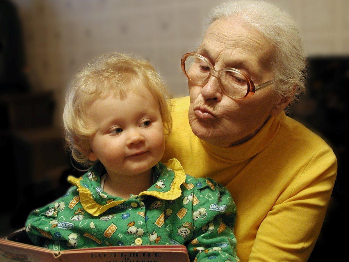Картинки бабушка и внучка, бумаги цветами
