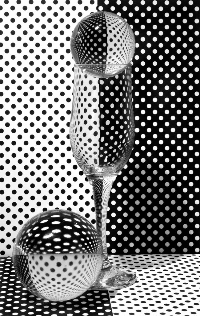 Весёлая геометрия...#отражения #преломление #стекло #фужер #шары #veronikababenko #вероникабабенко