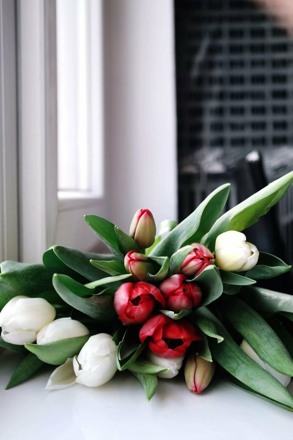 для фото букеты тюльпанов на столе руническая письменность это