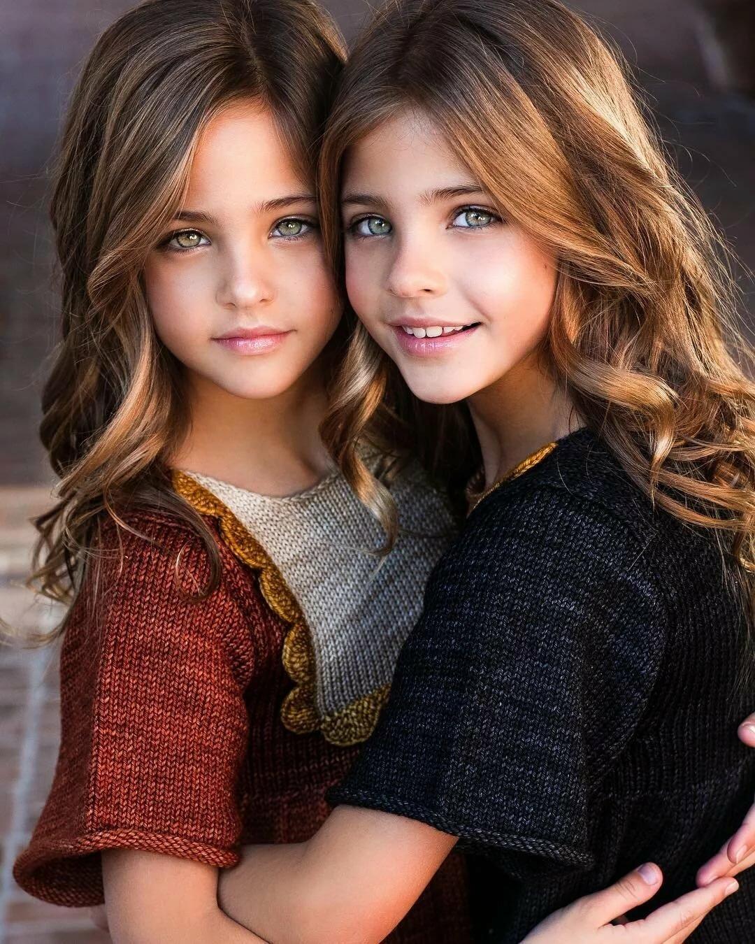 Открытка, картинки две сестрички красавицы
