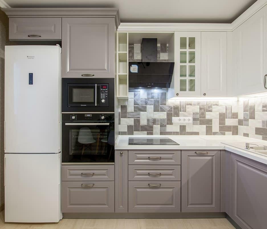 кухня с холодильником в углу фото западной части возвышенности