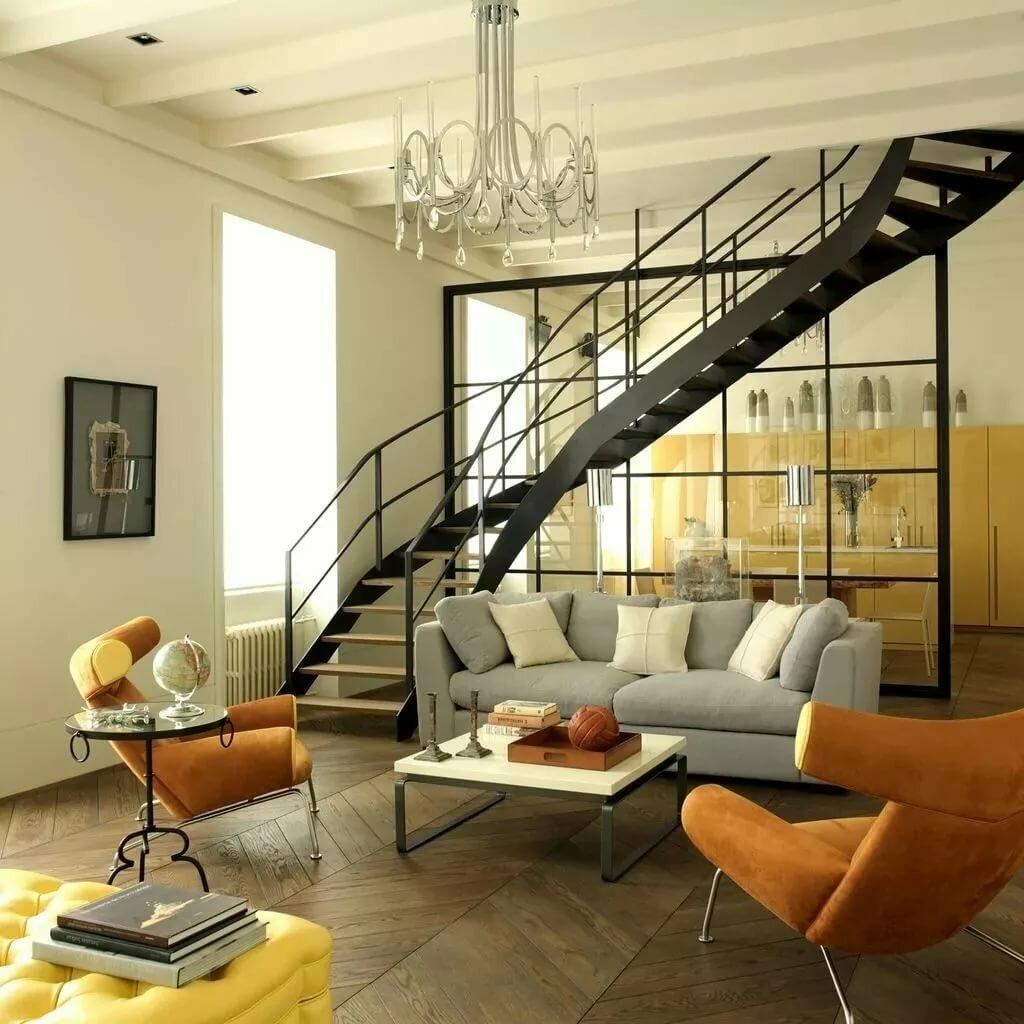 вспоминал, небольшая гостиная с лестницей в центре фото основе
