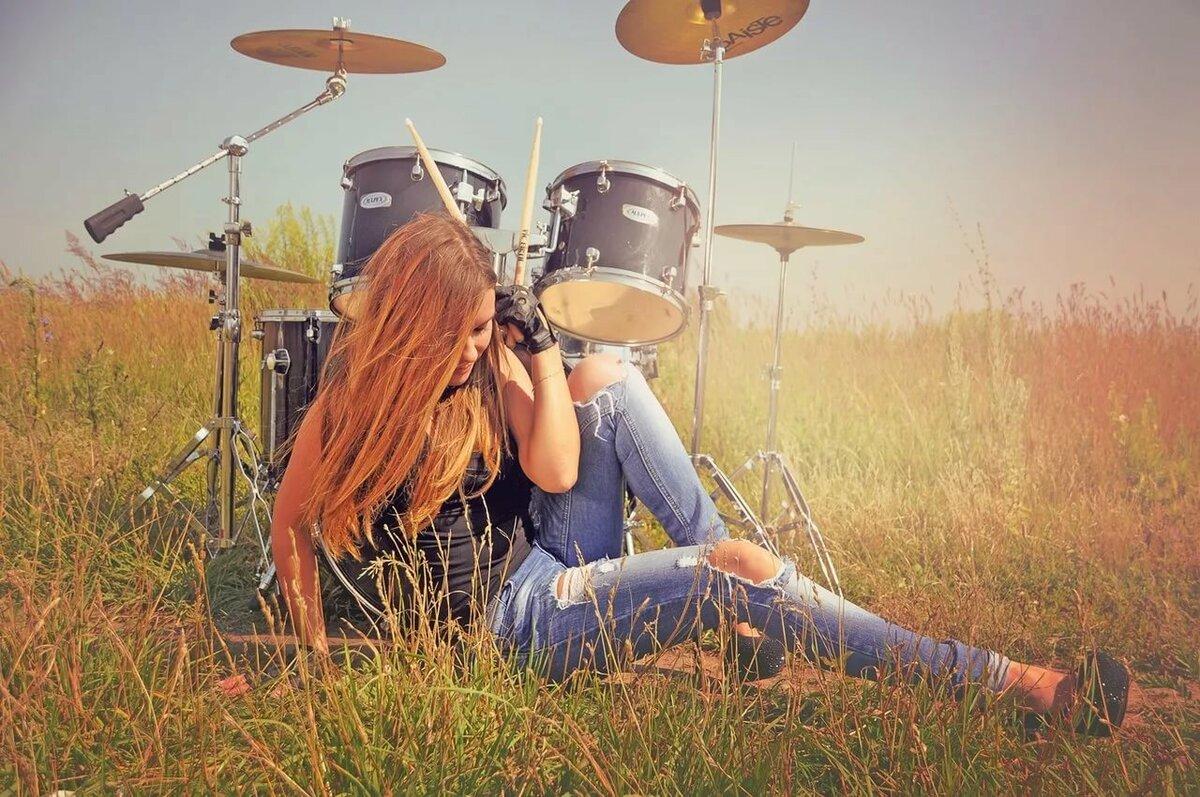 Картинки девочка играет на барабанах