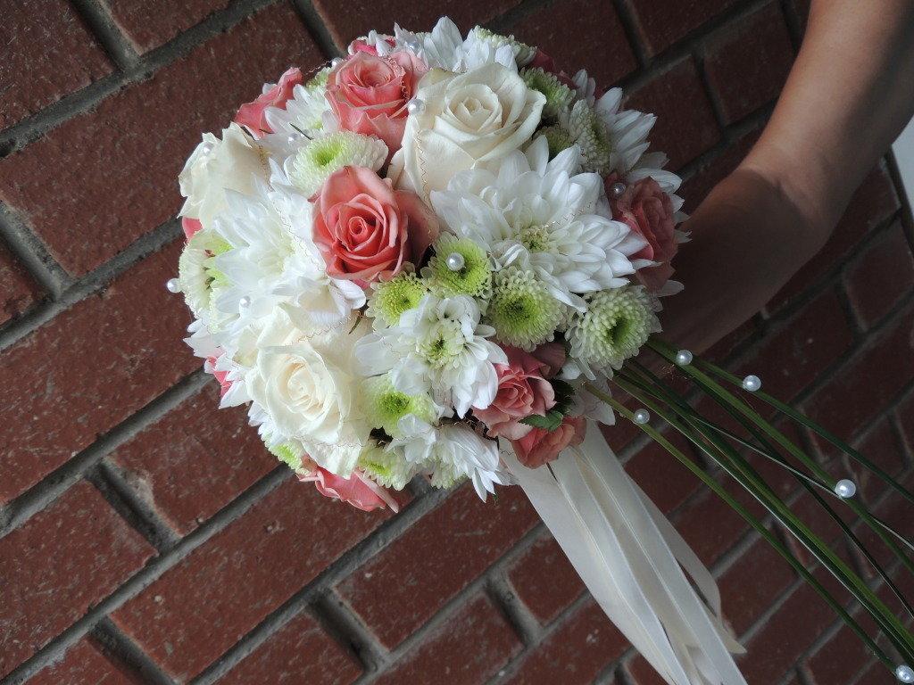 Свадебный букет из красной кустовой розы и белой хризантемы, букетов цветов луганске