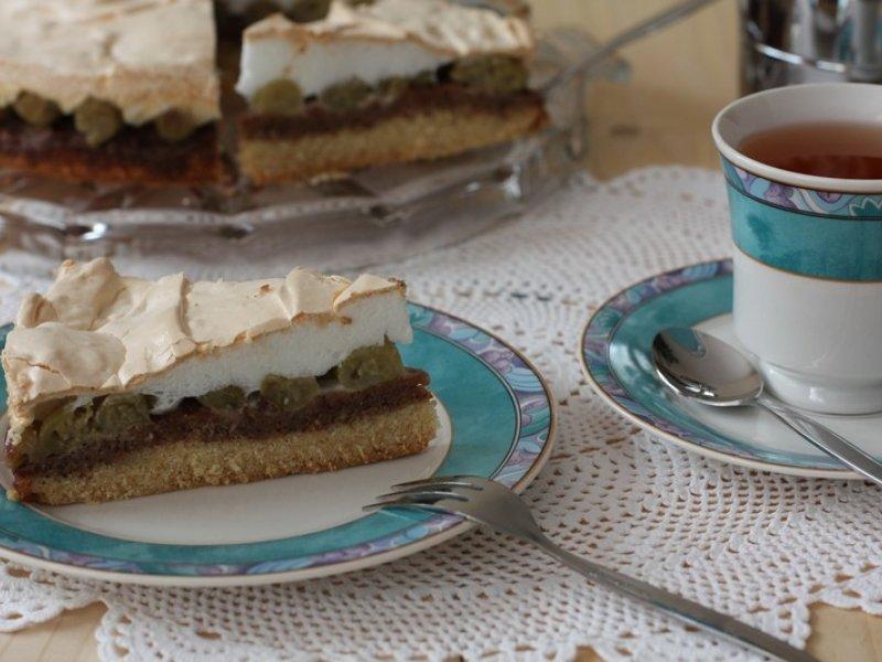 Разъемную форму для торта (примерно 25см в диаметре) смажьте маслом.