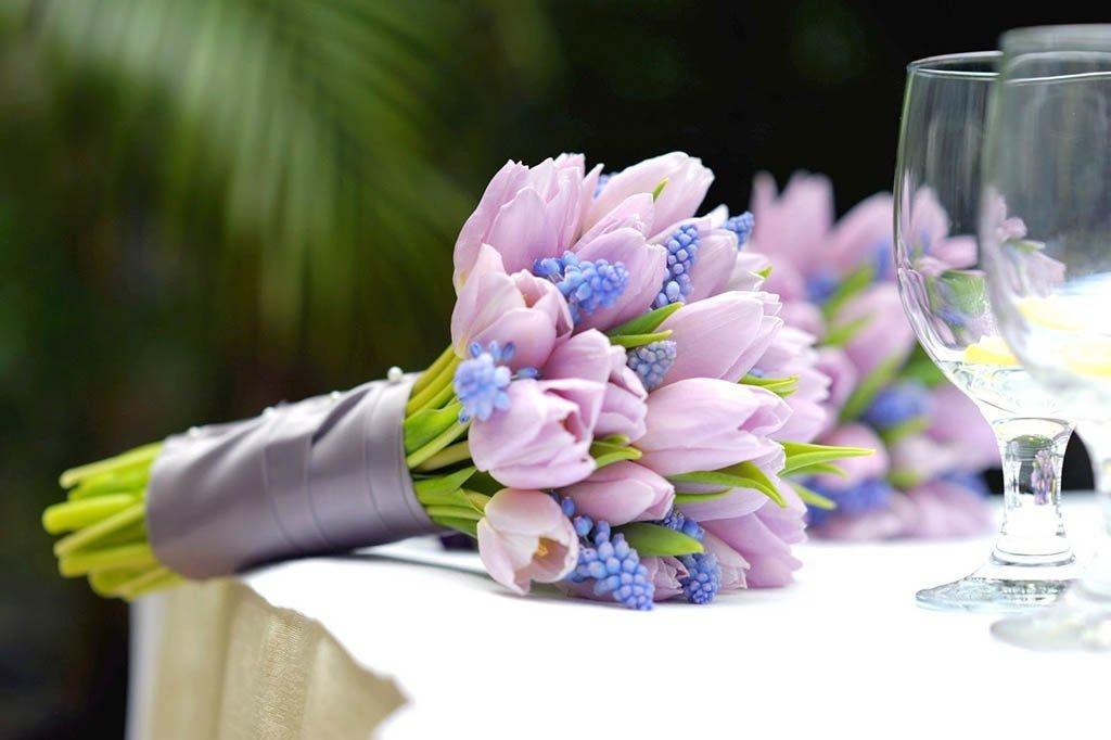 Нежный букет невесты из тюльпаны и розы, цветов пролетарская оптовая