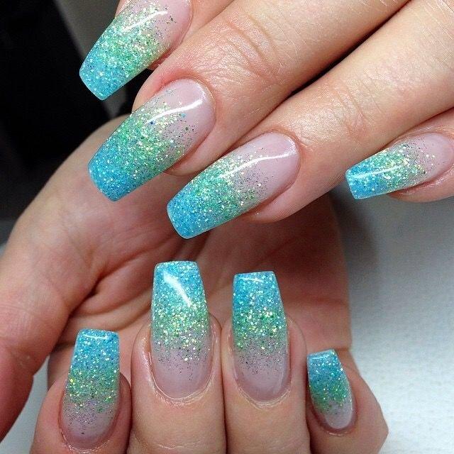 Ногти бирюзового цвета с блестками фото