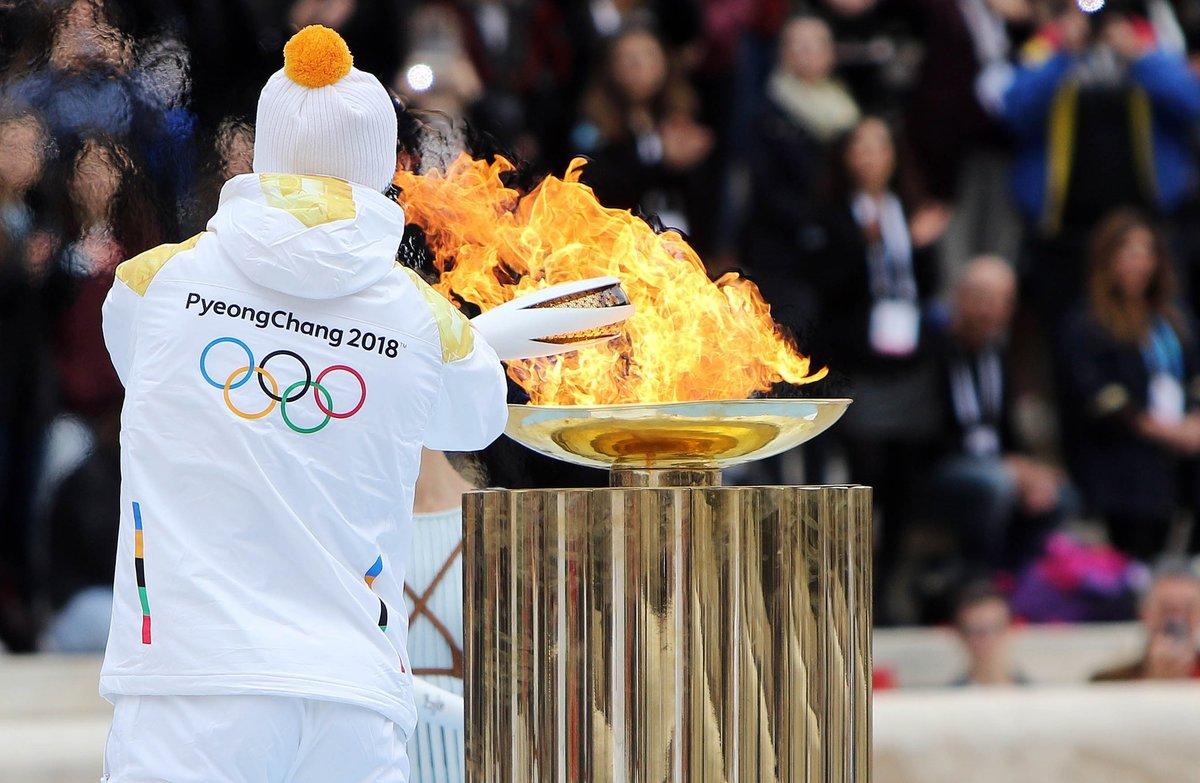 Спортсмен зажигает олмпийский огонь